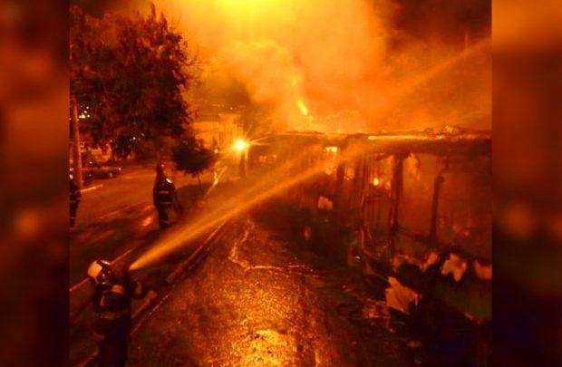 Ônibus biarticulado do Eixo Anhanguera pega fogo na Avenida Inhumas em Goiânia