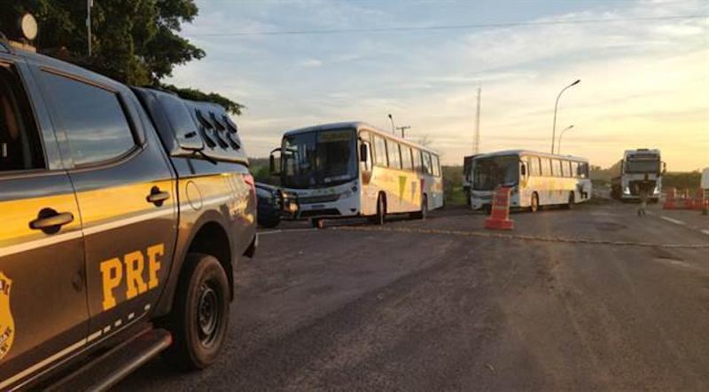 PRF apreende ônibus lotados de cigarros na BR-487 no Noroeste do Paraná