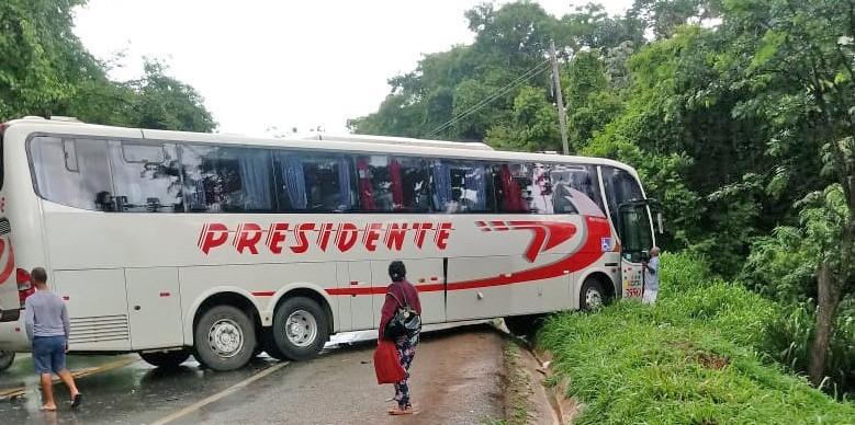MG: Acidente entre carro e ônibus da Presidente deixa o trânsito lento na BR-381
