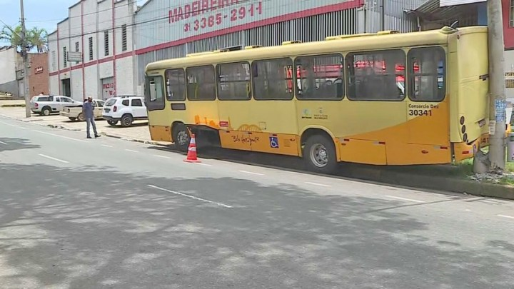 Belo Horizonte: Homem rouba ônibus e acaba batendo em poste na Região do Barreiro