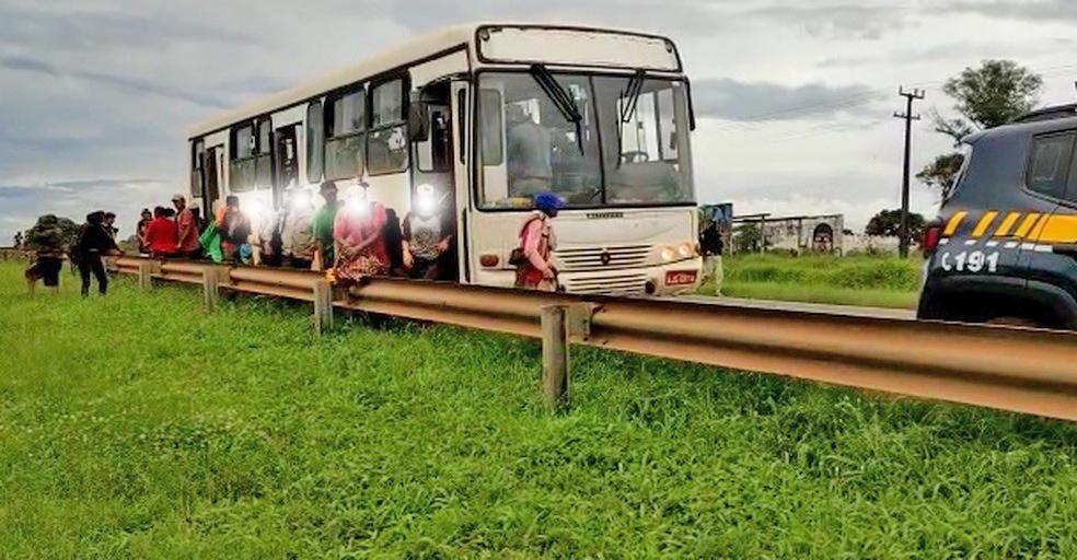 PR: PRF apreende ônibus em situação irregular com trabalhadores rurais em Guarapuava