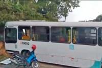 Vídeo: Ônibus perde controle e bate em barranco na zona norte de Manaus