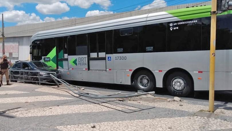 BA: Motorista abandona veículo após colidir com ônibus do BRT de Feira de Santana