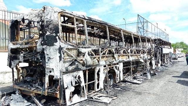 BA: Dois ônibus são destruídos em um incêndio em Feira de Santana