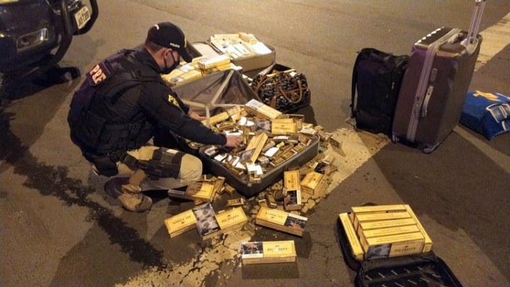 RS: PRF flagra cigarros contrabandeados em ônibus na BR-480 em Chapecó