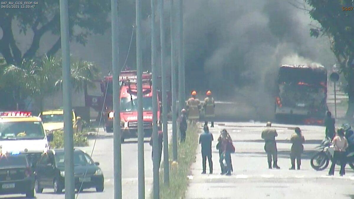 Rio: Após pane elétrica,  ônibus pega fogo na Estação de Integração UFRJ