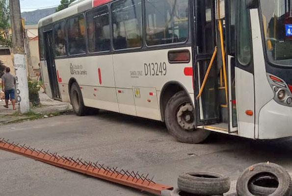 Rio: Traficantes atravessam ônibus na Estrada do Taquaral na Zona Oeste nesta quarta-feira