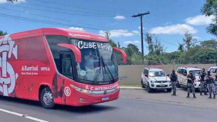 Porto Alegre: Inter embarca para São Paulo e torcida gera aglomeração