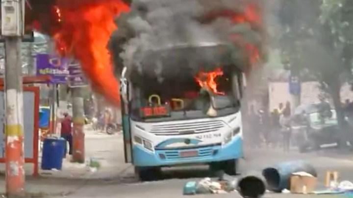 RJ: Ônibus da Vera Cruz é incendiado em Belford Roxo durante protesto