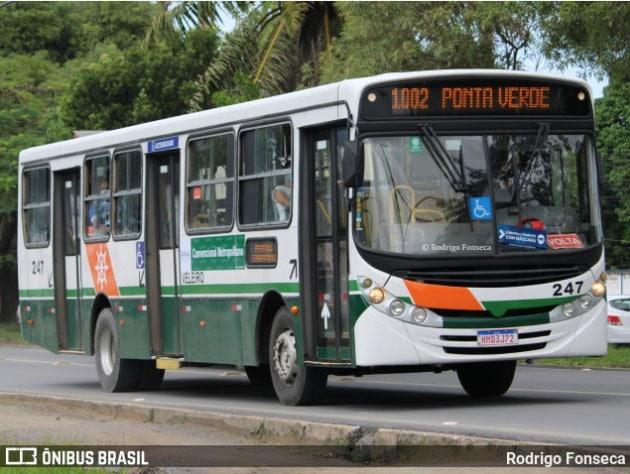 Vídeo: Ônibus da Viação Veleiro sai da pista e cai em ribanceira no acesso a Rio Largo