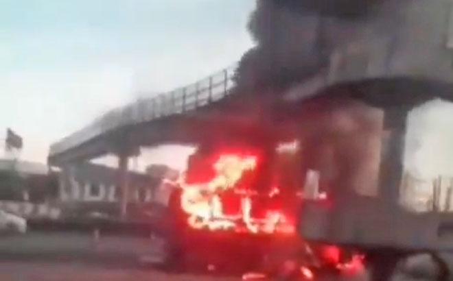 Vídeo: Ônibus da Expresso Pégaso pega fogo na Avenida Brasil nesta manhã