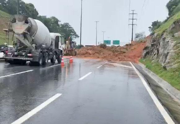 Vídeo: Chuva provoca deslizamento de terra e acaba interditando Via Expressa em Florianópolis