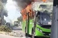 RJ: Traficantes mandam incendiar ônibus em Duque de Caxias nesta sexta-feira