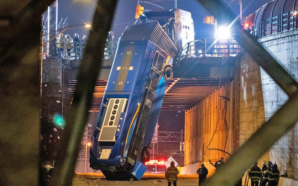 Vídeo: Ônibus articulado despenca de ponte em Nova York e coletivo fica pendurado deixando 8 feridos