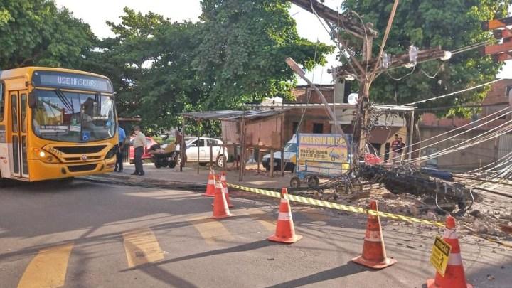 Salvador: Ônibus derruba poste no bairro de Cajazeira nesta quinta-feira