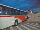 SP: Motorista passa mal e ônibus acaba invadindo casa em Cabreúva
