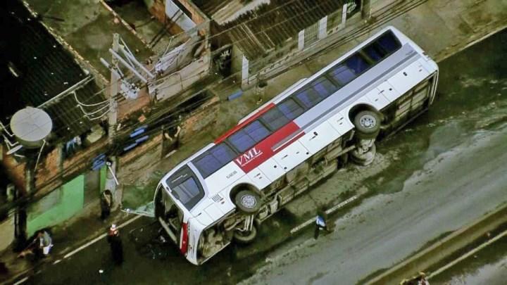 Rio: Ônibus rodoviário tomba na Avenida Brasil deixando um ferido