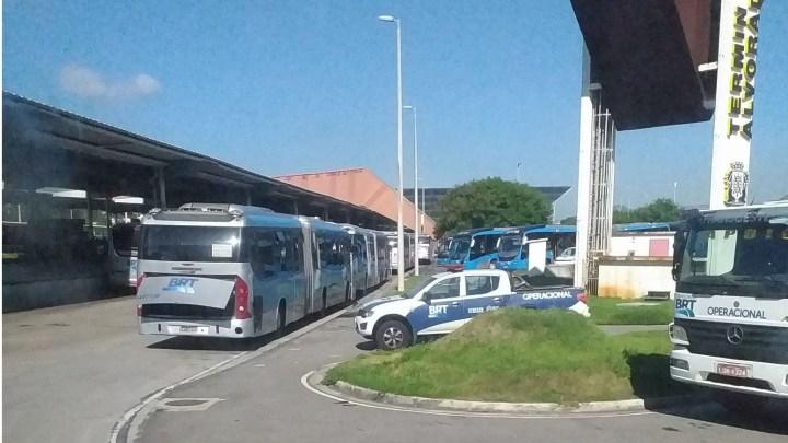 Vídeo: Passageiros do BRT Rio pegam carona em caminhão-cegonha