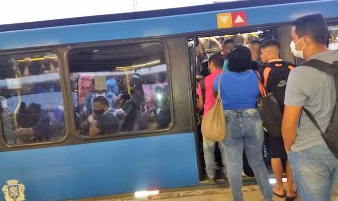 Rio: Semana começa com ônibus do BRT superlotados como sempre