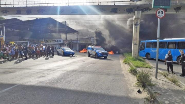 RJ: Moradores de Tribobó realizam manifestação fechando a Rodovia Amaral Peixoto  RJ-106