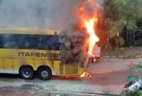 Vídeo: Ônibus da Viação Itapemirim pega fogo em Governador Valadares/MG