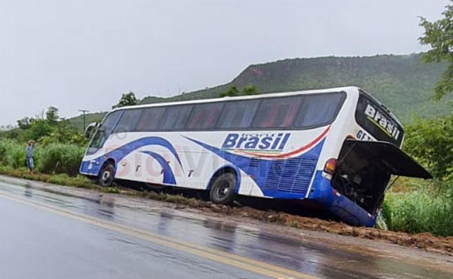 BA: Ônibus da TransBrasil saiu da pista na BR-135 na região de Barreiras