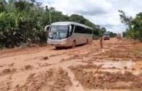 Vídeo: Ônibus são retirados de atoleiro na BR-319 com ajuda de tratores no Amazonas