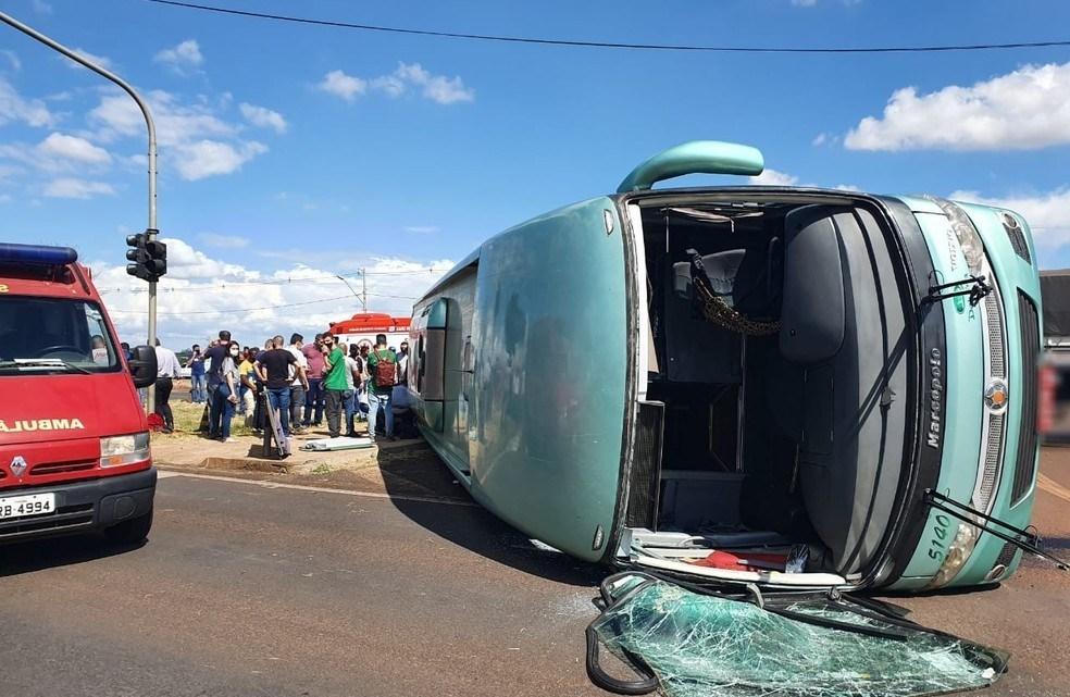 PR: Colisão entre ônibus e caminhão deixa 10 feridos na BR-369 neste sábado