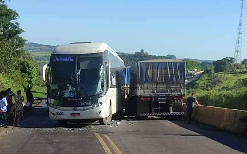 PR: Acidente com ônibus da Planalto Transportes e caminhão bitrem na BR-163, chama atenção