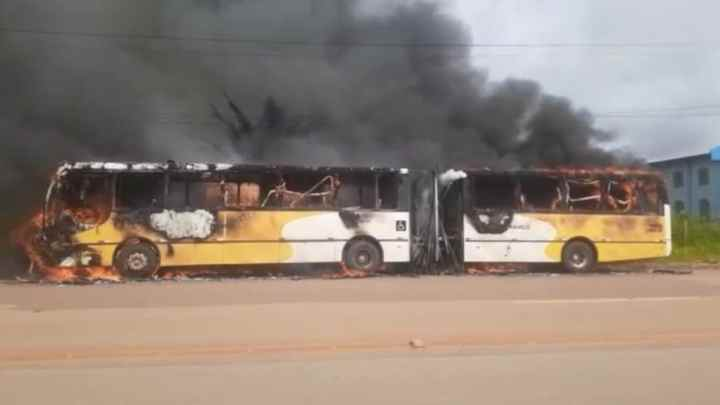Rio Branco: Bandidos incendiam ônibus articulado na rodovia AC-40 –  Vídeo