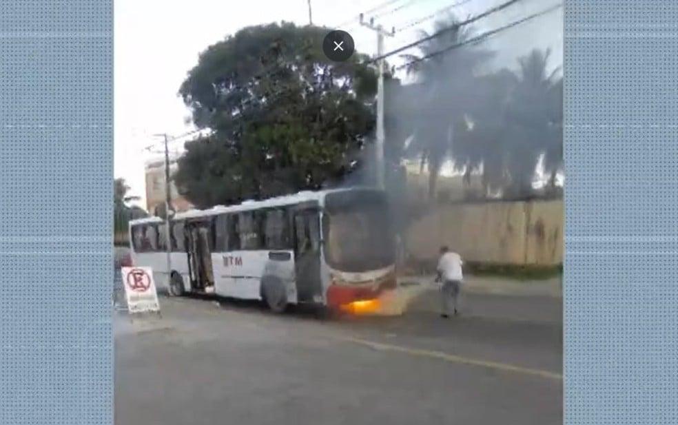 BA: Ônibus pega fogo nesta manhã em Lauro de Freitas
