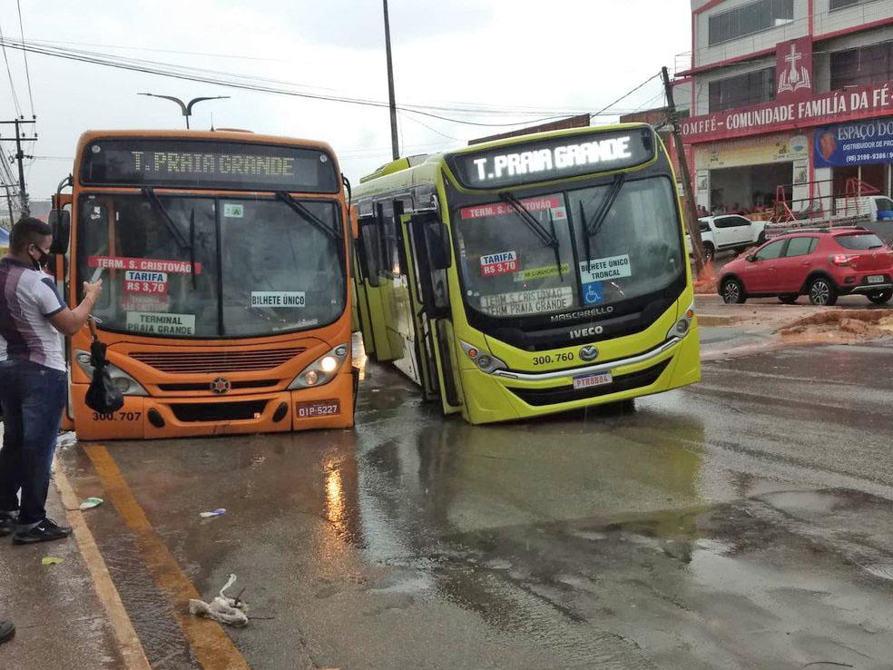 São Luís: Dois ônibus ficam presos depois de asfalto ceder na Avenida Jerônimo de Albuquerque