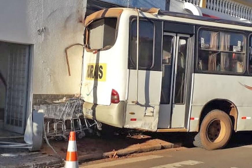 SP: Ônibus rural bate em muro de mercado no Centro de Guareí