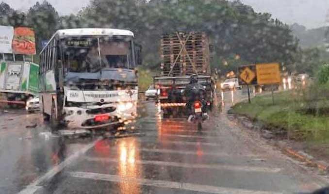 RS: Acidente entre ônibus e caminhão deixa trânsito lento em Santa Cruz do Sul