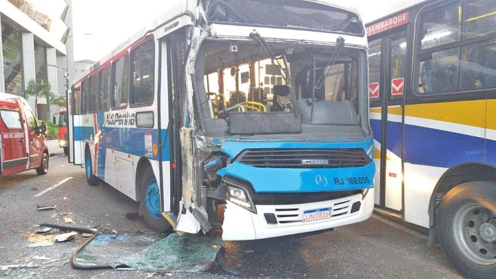Rio: Acidente com três ônibus interdita a Via Binário do Porto nesta manhã