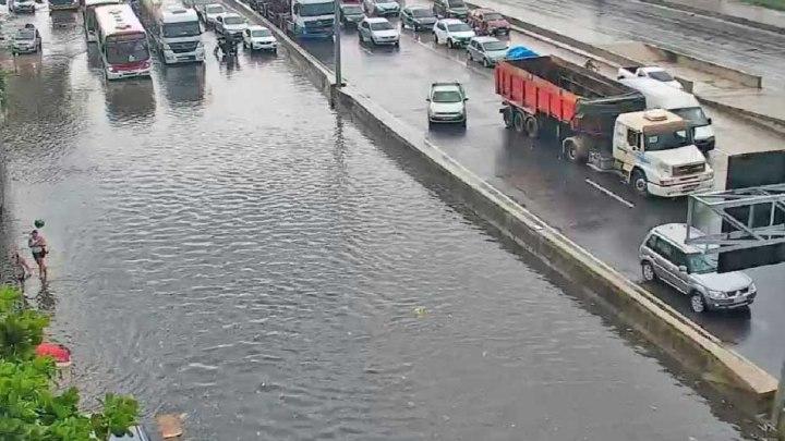 Vídeo: Chuva deixa Avenida Brasil com pontos de alagamentos na cidade do Rio