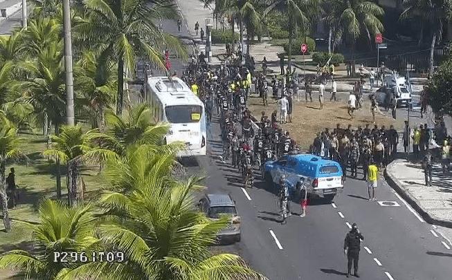 Rio: Manifestação interdita uma faixa da Avenida Lúcio Costa na Barra nesta manhã