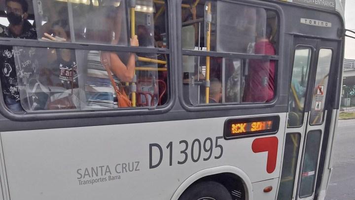 Rio: Transportes Barra circula com ônibus lotado durante a pandemia da Covid-19