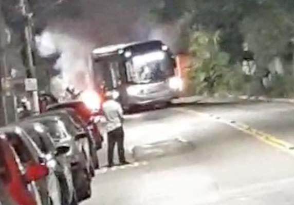 Vídeo: Marginais incendeiam ônibus articulado no Jardim São Savério, na zona sul de São Paulo