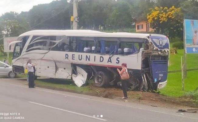 SC: Acidente dentre caminhão e ônibus da Reunidas Caçador deixa motorista preso às ferragens em São Bento do Sul