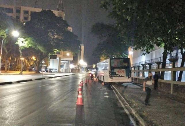 Ônibus da 1001 perde o controle e bate em poste no Centro do Rio de Janeiro