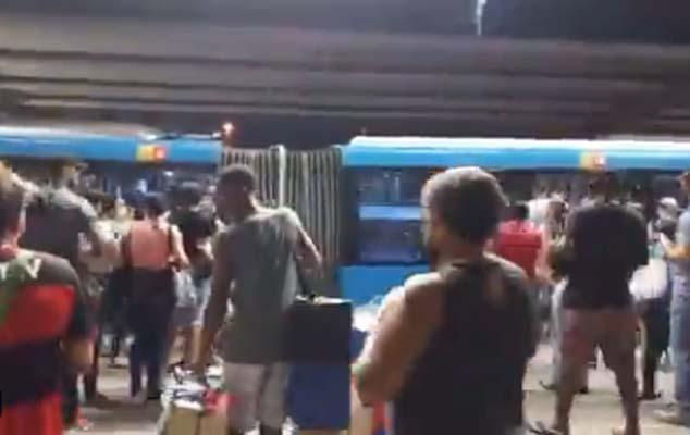 Vídeo: Com mais de uma hora para embarcar, passageiros do BRT Rio se aglomeram nesta noite de quinta-feira