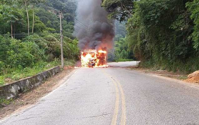 RJ: Ônibus da Viação Progresso pega fogo na Estrada União e Indústria em Petrópolis