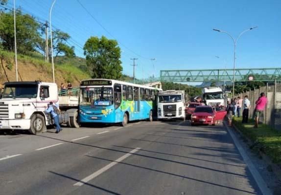 ES: Acidente entre carro, carreta e ônibus fecha a BR-101 em Serra