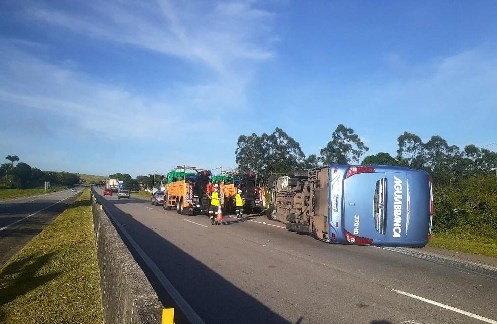 RJ: Ônibus da Viação Aguia Branca tomba na BR-101 em Carapebus, deixando dois feridos