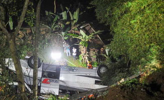 Indonésia: Acidente de ônibus deixa 27 mortos
