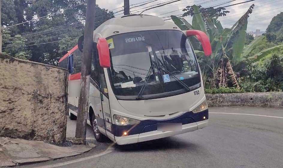 SP: Ônibus Irizar i6 370 da Piracicabana acaba preso em via de acesso a morro em Santos