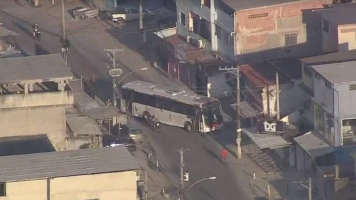 Rio: Ônibus são usados como barricada por bandidos da favela da Vila Aliança nesta quinta-feira