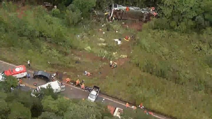 MG: Ônibus cai em ribanceira deixando 2 mortos e 20 feridos em Ouro Preto
