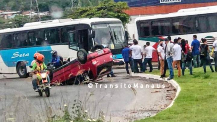 Acidente entre ônibus e carro chama a atenção em Manaus nesta manhã